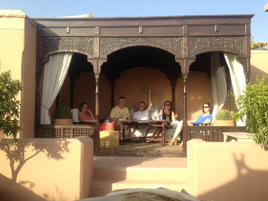 Dar Housnia: roof terrace eating area