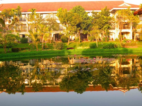 Sofitel Angkor Phokeethra Golf and Spa Resort: Walk to our hotel room