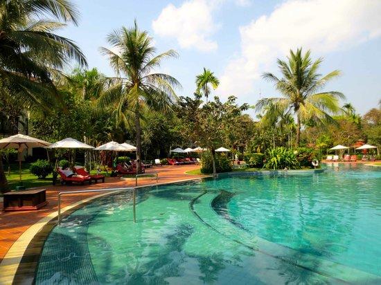 Sofitel Angkor Phokeethra Golf and Spa Resort: Enormous pool area