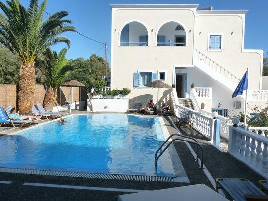 Stelios Place: vue sur la piscine