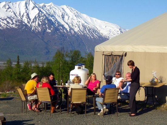 Knik River Lodge: A glass of wine in paradise