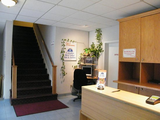 Canada's Best Value Inn & Suites Woodstock: LOBBY