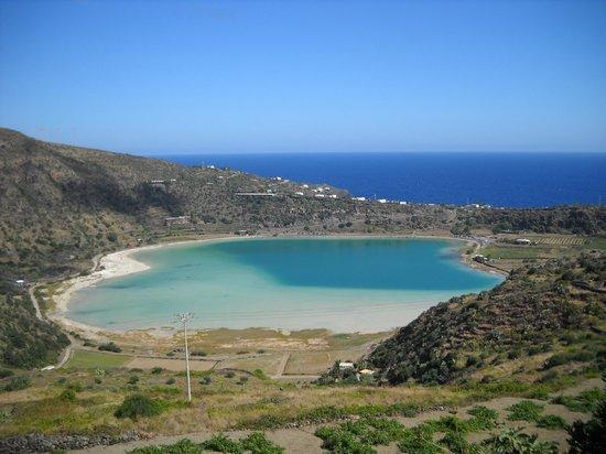 La vista dall 39 alto del lago e sul fondo il mare foto di lo specchio di venere pantelleria - Ristorante lago lo specchio ...