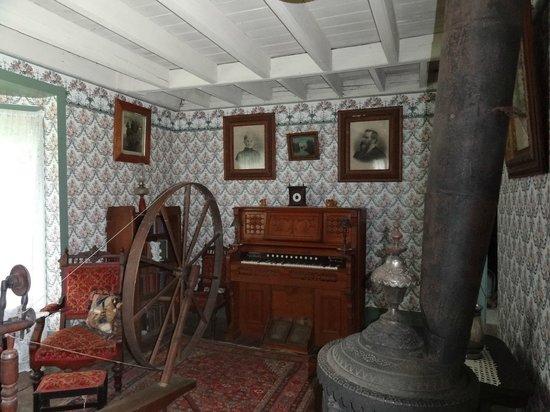 Muskoka Heritage Place: Hill House Main Livingroom