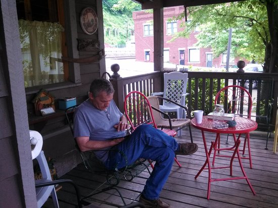 Historic Matewan House Bed and Breakfast: great covered porch