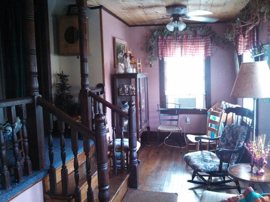 Historic Matewan House Bed and Breakfast: upstairs sitting room