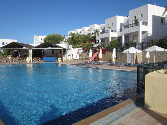 Georges Luxury Villas: pool accross the road, free to use