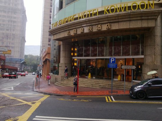Empire Hotel Kowloon: 飯店外觀 站的位置是機場快線的下車地點
