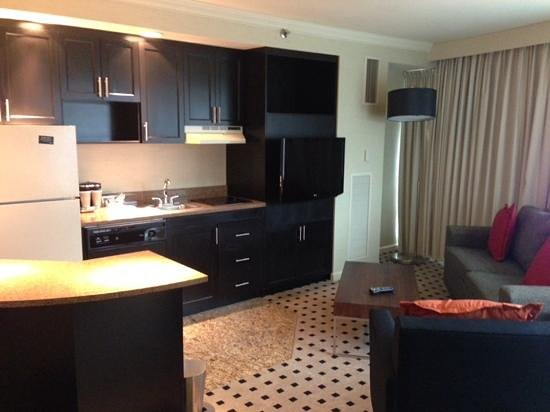 Radisson Plaza Hotel at Kalamazoo Center: Business Suite: Kitchen/Living Area
