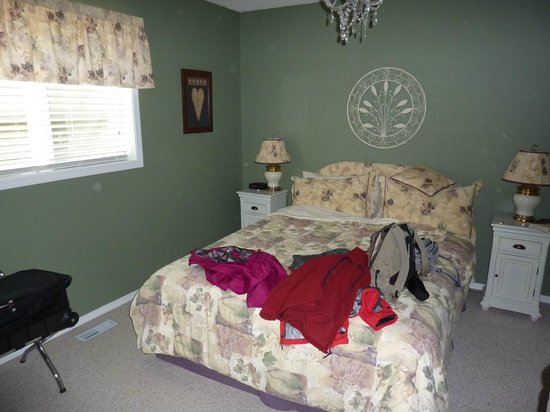 Off Our Rockies Bed and Breakfast : Bedroom