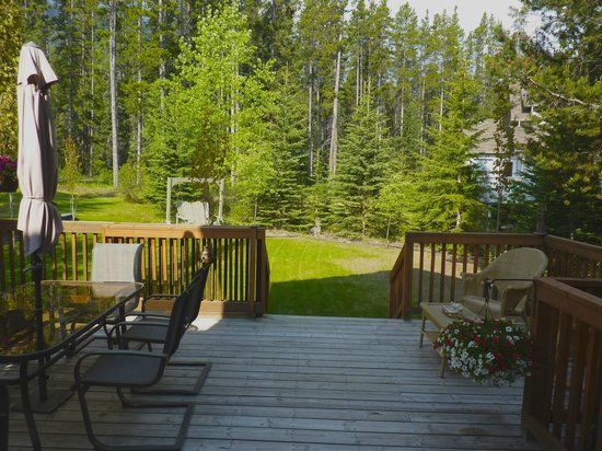 Off Our Rockies Bed and Breakfast : Deck & Garden
