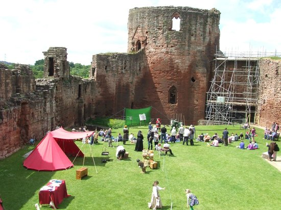 Bothwell Castle: A crowded courtyard