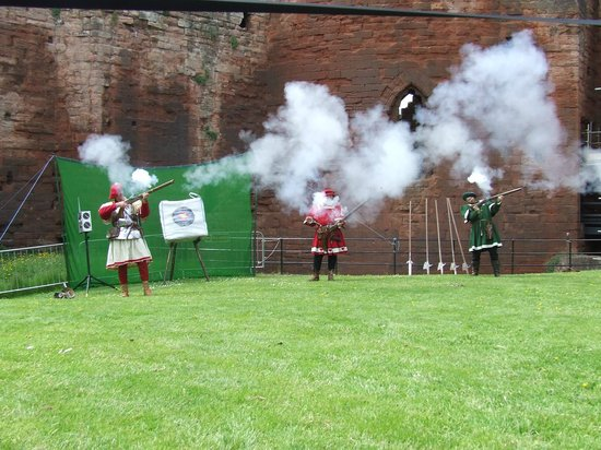 Bothwell Castle: Firing the muskets