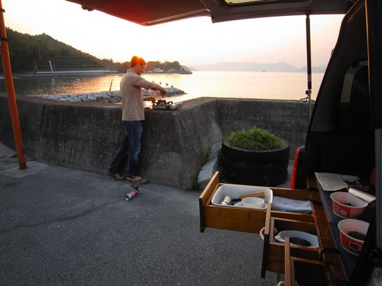 HTS Guesthouse Onomichi: Cooking with van set-up