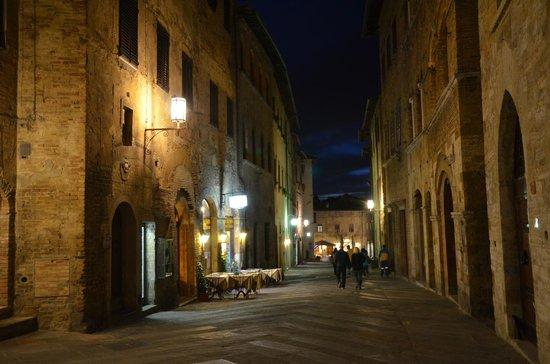 Hotel L'Antico Pozzo: San Gimignano at night