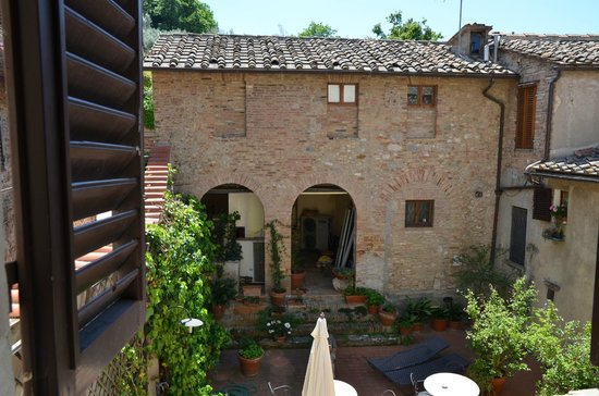 Hotel L'Antico Pozzo : Courtyard view from our window