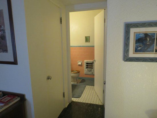 Alamo Inn B&B, Gear & Tours : View into bathroom, clothes closet on both sides of hallway