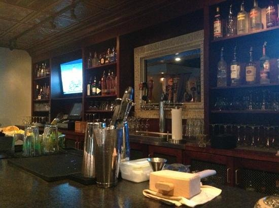 Oak and Olive Lounge: Bar area...check out the local brews and good wine!