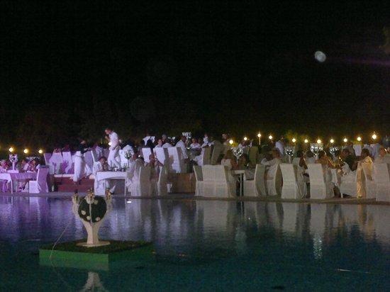Club Med Kemer: dîner autour de la piscine pour la soirée blanche