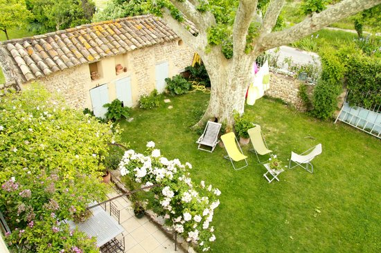 L'Ecole Buissonniere Provence : View of courtyard from bedroom
