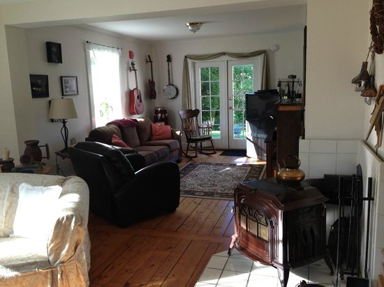 The Woodbridge Inn: Living Space with wood stove
