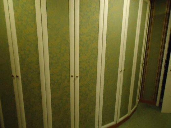Hotel Bristol Vienna: Closets in hotel room