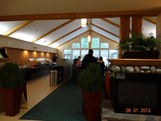 Residence Inn Anchorage Midtown: Lobby looking into area where breakfast is served