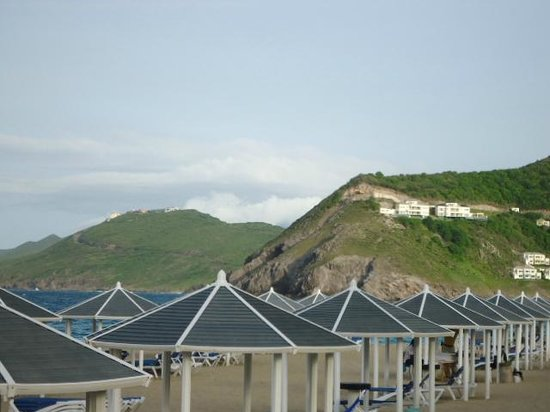 St. Kitts Marriott Resort & The Royal Beach Casino: Beach at the Marriott, shade provided!