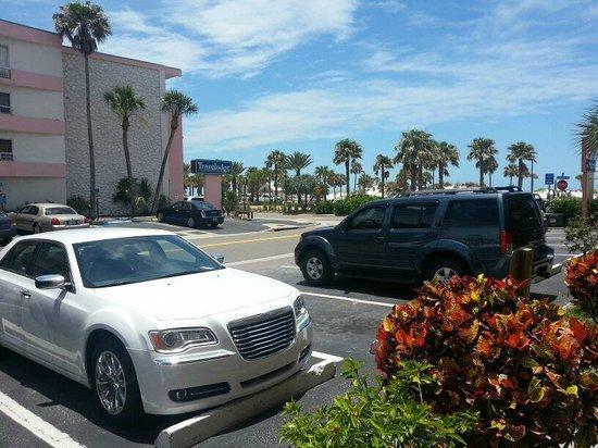 Beachwalk Inn: Parking