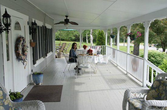 Schroon Lake Bed and Breakfast: Breakfast on the front porch