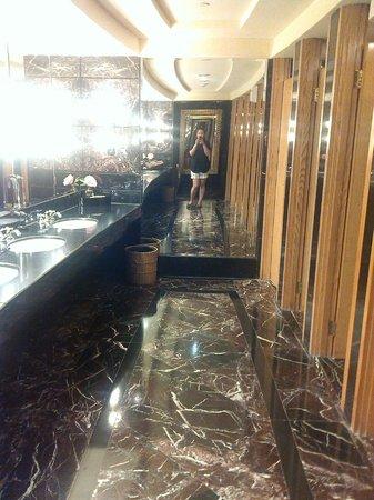 Hotel Mulia Senayan: toilet on the lobby