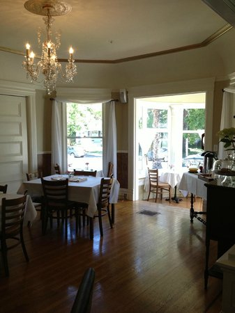 1801 First Luxury Inn: Dining room