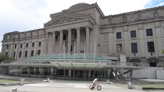 Brooklyn Museum: Front of musuem