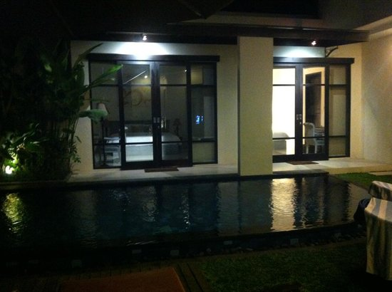 D'Wina Villa Kuta: Pool at night