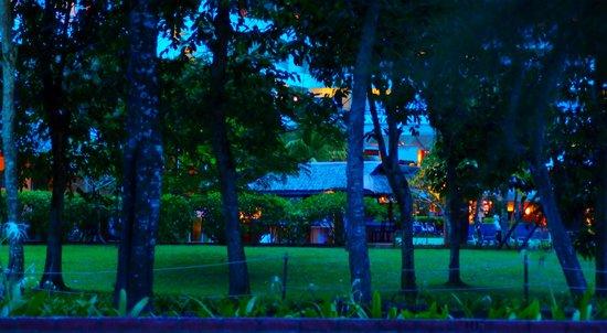 สวิสการ์เดน บีช รีสอร์ท กวนตัน: Night hotel view from beach front