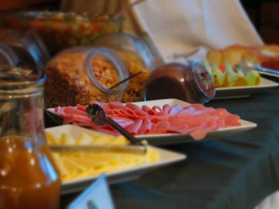 Yreta Hotel: Fiambres y quesos para arrancar el día...