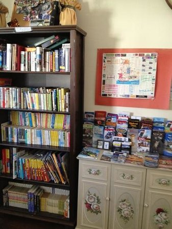 Sweetheart Bed and Breakfast: book corner in the dinning room