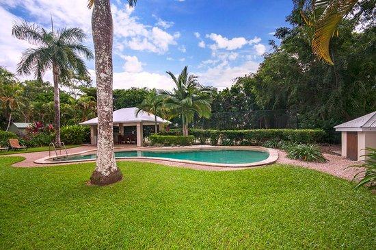 Paradise Links Resort: Small Pool BBQ Tennis Area