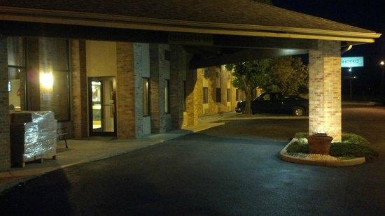 Baymont Inn & Suites Tuscola: Main Entrance at Night