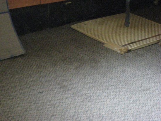 Sheel Hotel: Sticky carpet.