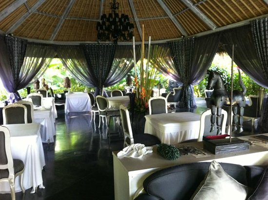 La Villa Mathis: Can dine anywhere on grounds including oppulent dining room