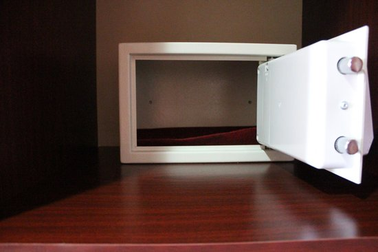 Allure Hotel & Suites: the inroom safe