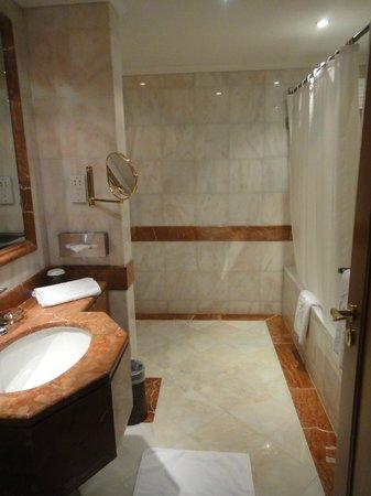 Madina Oberoi : Bathroom 1