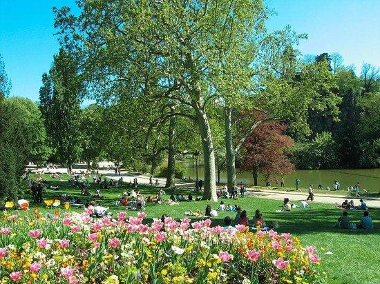 parc des buttes chaumont - 6 Destinasi di Paris yang Paling Romantis Selain Eiffel