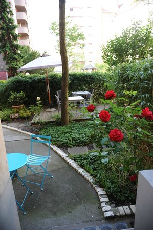 Elba am Kurfürstendamm: Blick aus dem Zimmer in den Garten mit Frühstücksterasse