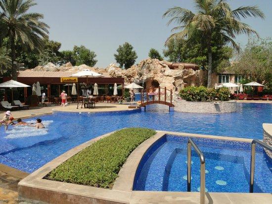 Habtoor Grand Resort, Autograph Collection, A Marriott Luxury & Lifestyle Hotel: Pool mit Blick auf Kinderbereich