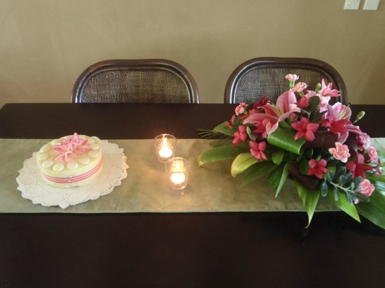 Sea Change Villas: Cake and flowers