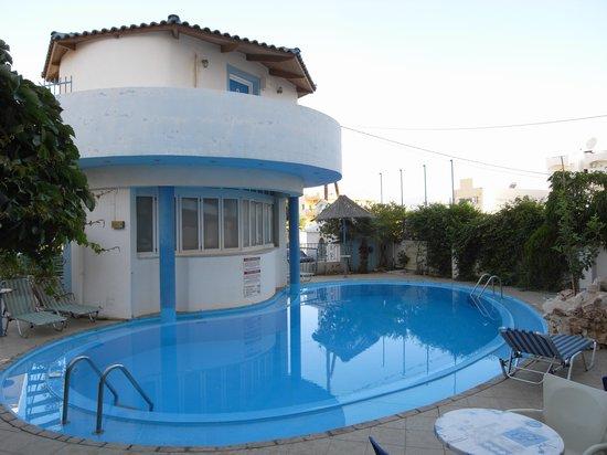 Amoudara Manos Studios Hotel: Sparkling pool...