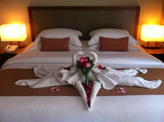 The Magani Hotel and Spa: our King Size bed decoration for our anniversary