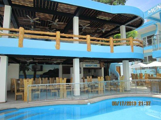Montani Beach Resort: UPPER FLOOR NEAR POOL